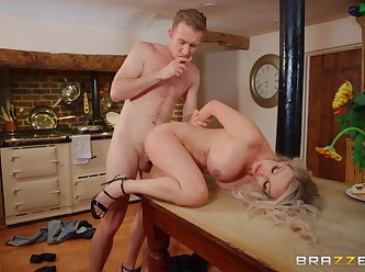 Milfs like it big Amber Jayne New To Nudism